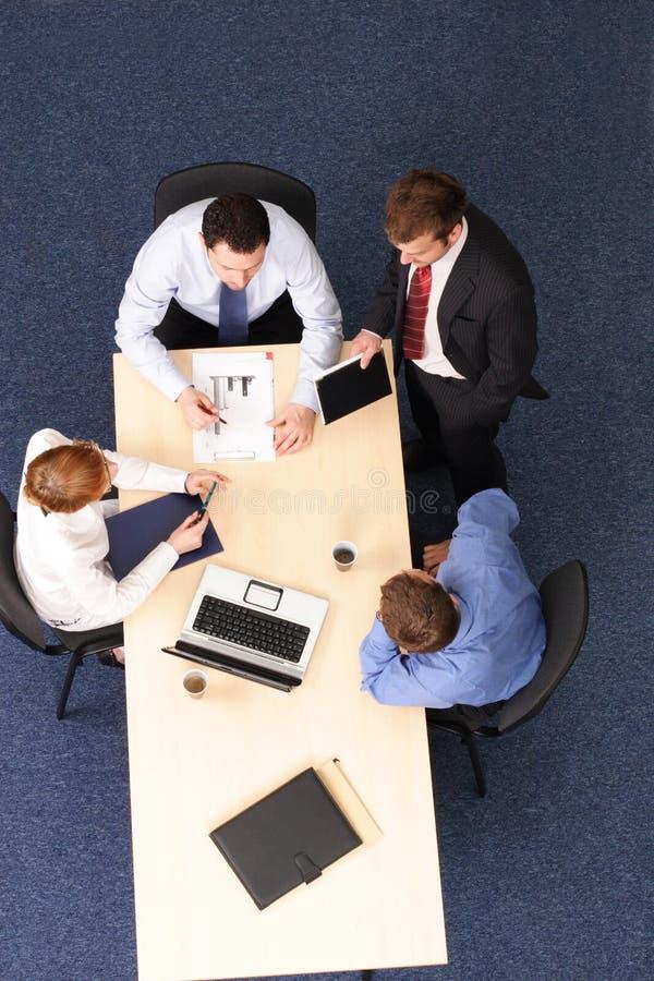 Cuatro hombres de negocios del encuentro imágenes de archivo libres de regalías