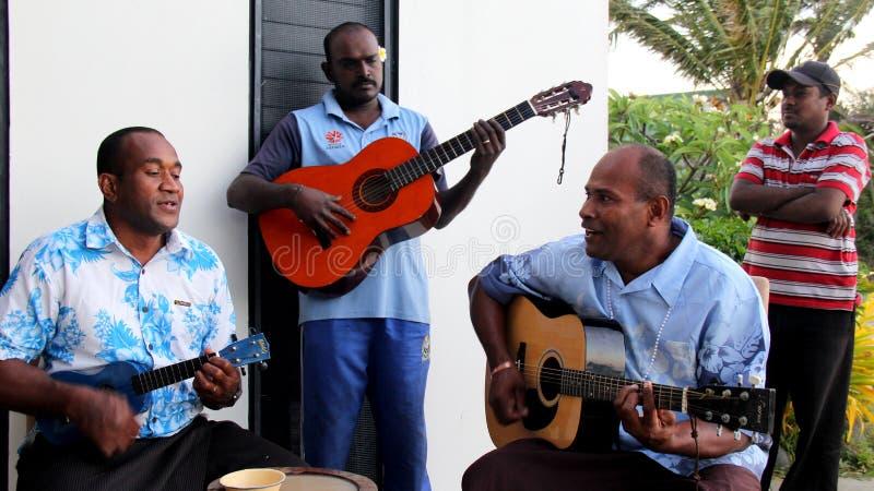 Cuatro hombres jovenes que juegan la música de la isla para las huéspedes que visitan Fiji, 2016 imagen de archivo libre de regalías