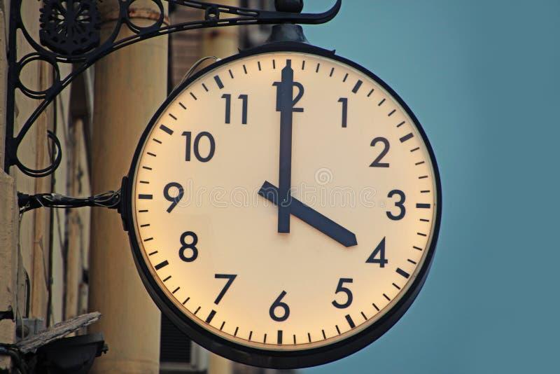 Cuatro horas en el reloj de la estación fotografía de archivo libre de regalías