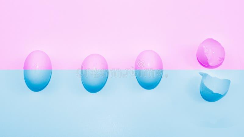 Cuatro huevos en fondo rosado y azul imágenes de archivo libres de regalías