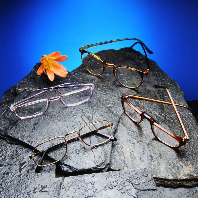 Cuatro leyeron los vidrios sobre piedras negras foto de archivo libre de regalías