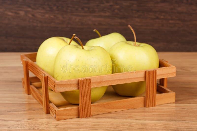 Cuatro manzanas verdes frescas fotografía de archivo