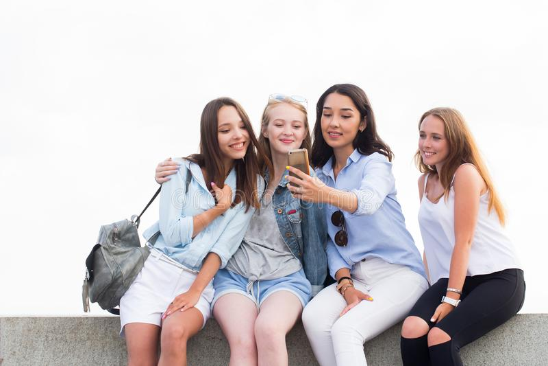 Cuatro mejores amigos que hacen un selfie en el fondo de la naturaleza fotos de archivo libres de regalías