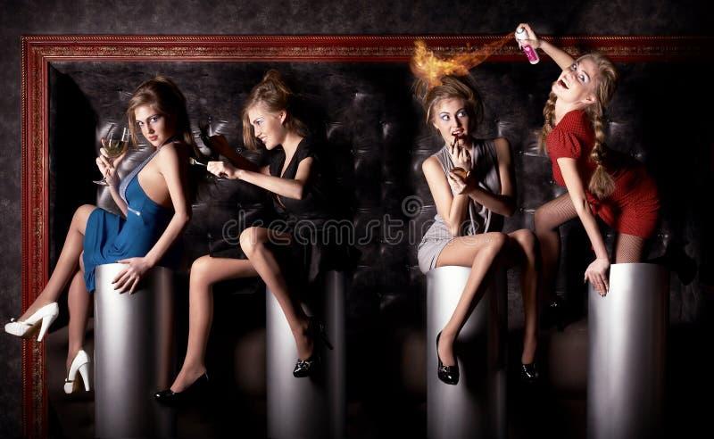 Cuatro muchachas de la belleza tienen un buen rato en el club foto de archivo