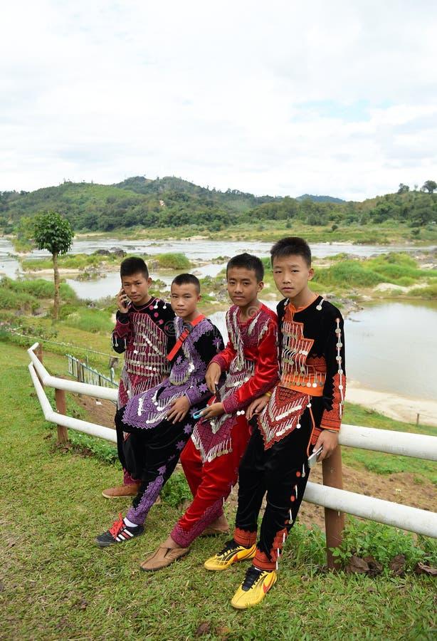 Cuatro muchachos no identificados de la tribu de la minoría étnica de Hmong en Thailan imagenes de archivo