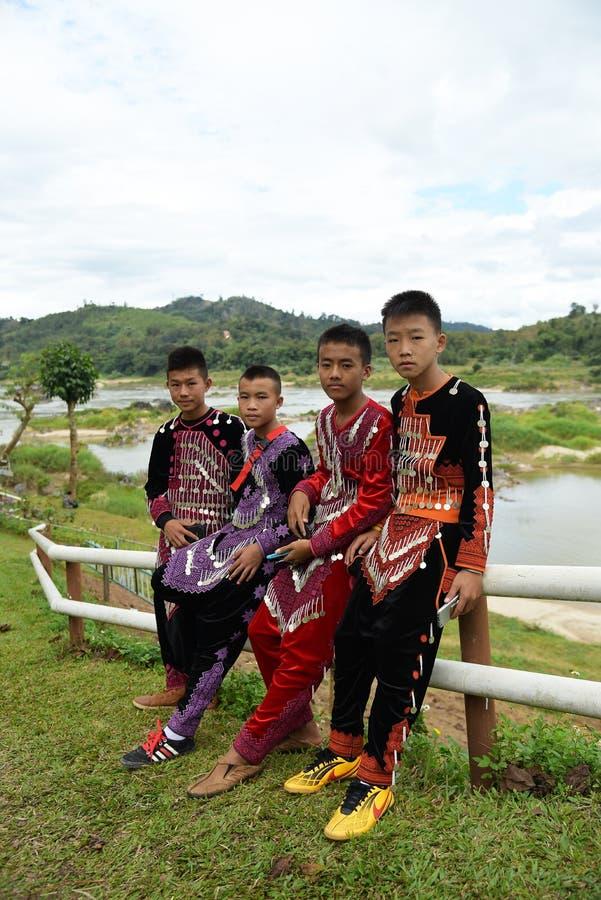 Cuatro muchachos no identificados de la tribu de la minoría étnica de Hmong en Thailan imagen de archivo libre de regalías