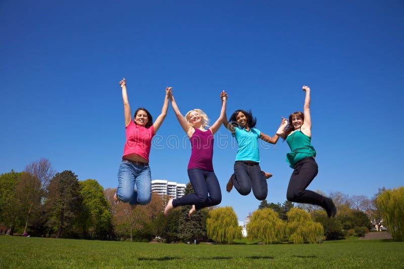 Cuatro mujeres que saltan en el aire imágenes de archivo libres de regalías