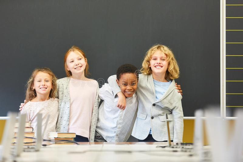 Cuatro niños en escuela multicultural foto de archivo libre de regalías