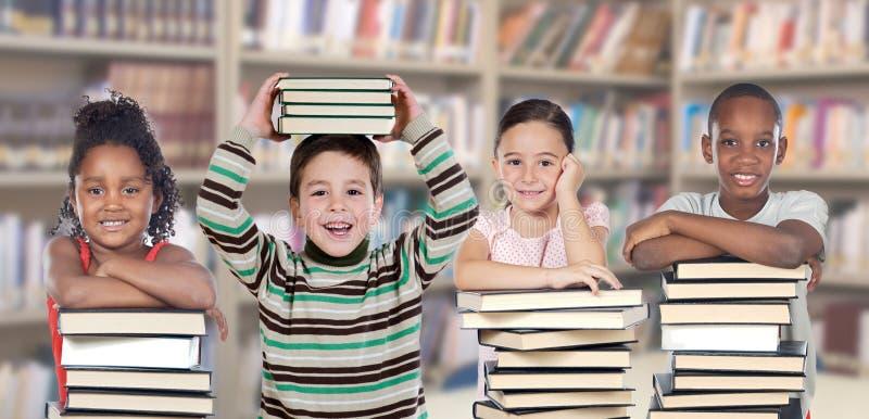Cuatro niños en la biblioteca fotografía de archivo