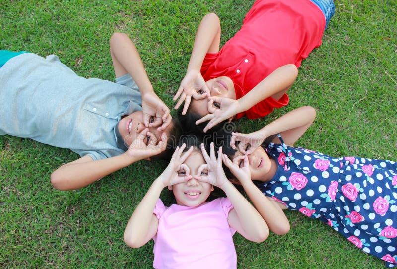 Cuatro niños que se divierten en el parque fotografía de archivo