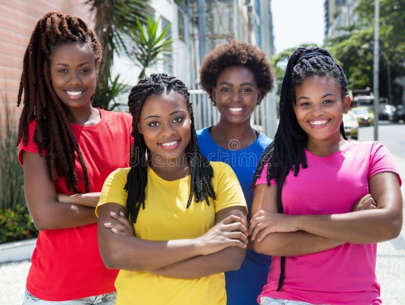 Cuatro novias afroamericanas con los brazos cruzados en la ciudad fotografía de archivo libre de regalías