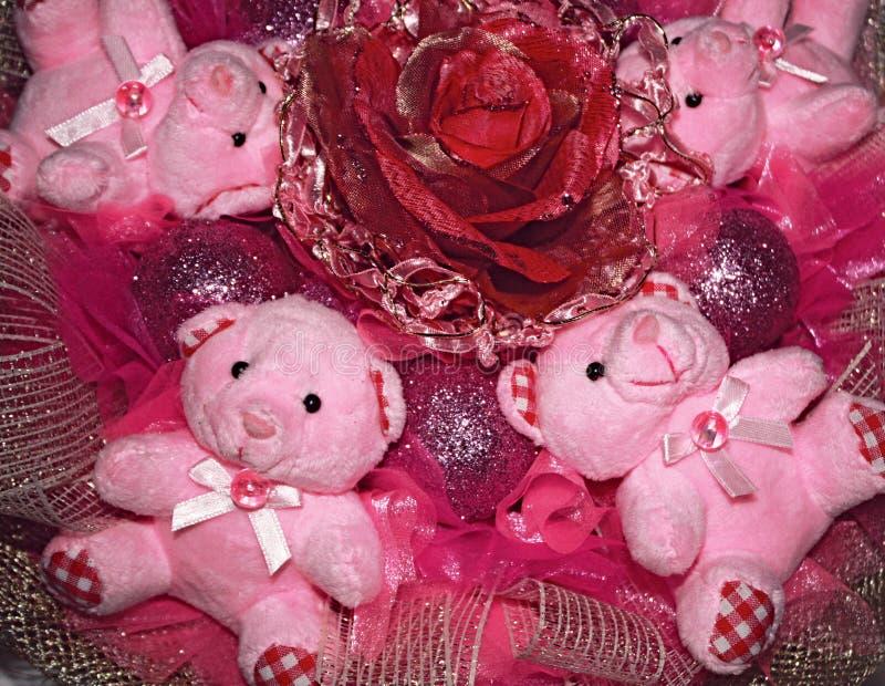 Cuatro osos de peluche rosados y flor artificial. Compositio de la Navidad fotos de archivo libres de regalías