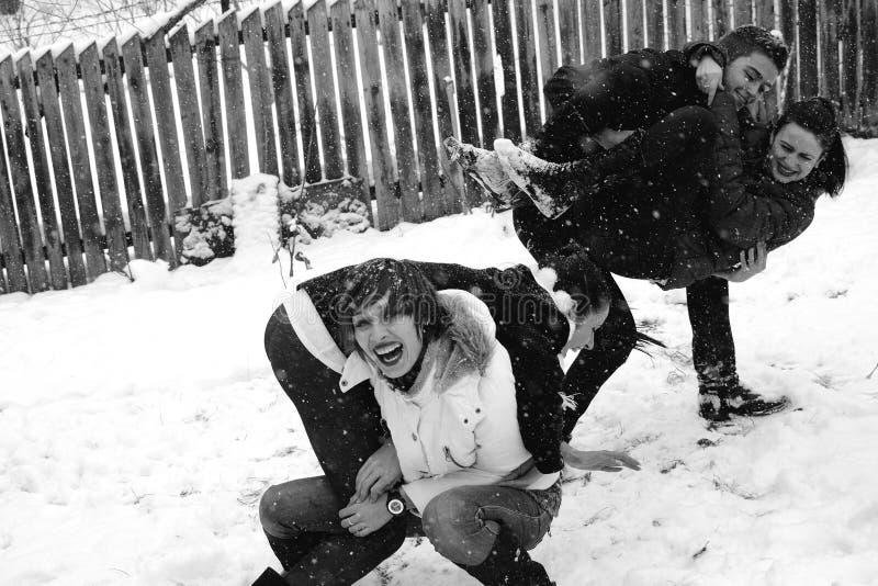 Cuatro personas que juegan en nieve imagen de archivo