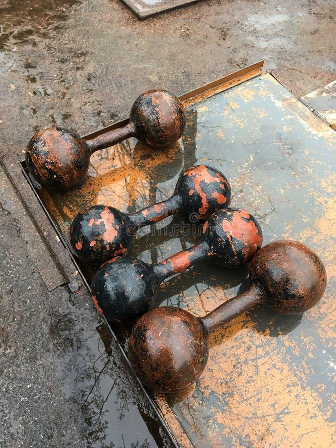 Cuatro pesas de gimnasia soviéticas del arrabio  vendimia fotos de archivo