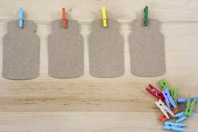 Cuatro pinzas coloreadas en la cuerda con las notas imágenes de archivo libres de regalías
