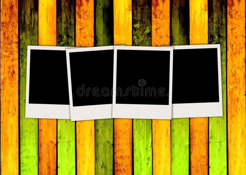 Cuatro polaroides en blanco en Backgrou de madera colorido stock de ilustración