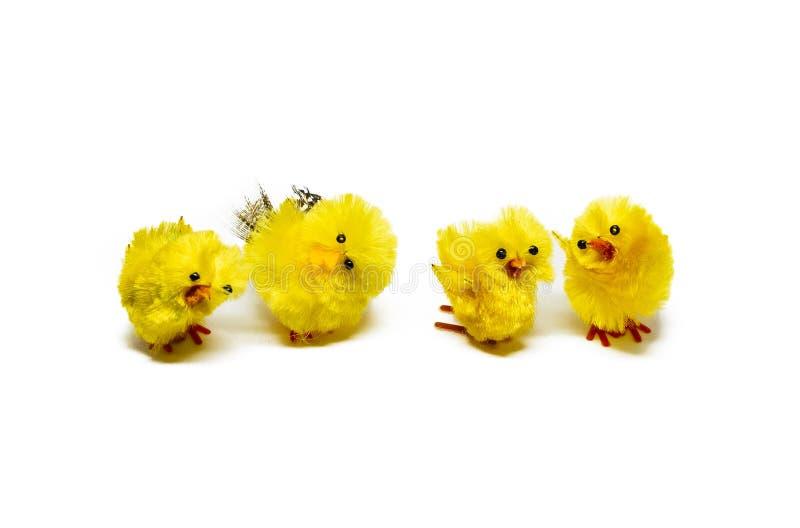 Cuatro pollos de Pascua que bailan en el fondo blanco imagen de archivo