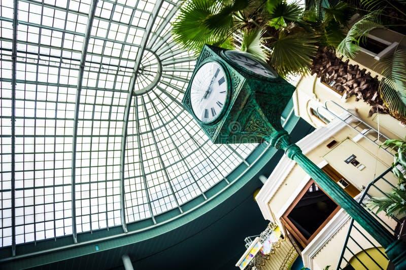 Cuatro relojes del pilar de los lados en Lotte World Adventure fotos de archivo libres de regalías