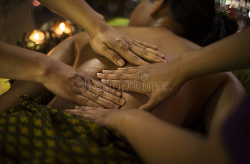 Cuatro tailandeses asiáticos tradicionales dan masaje en balneario tropical imagenes de archivo