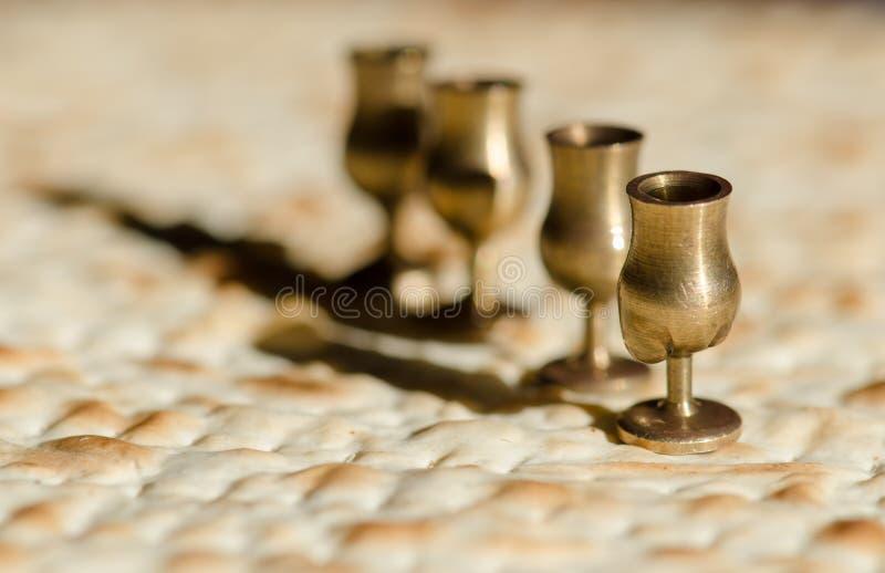 Cuatro tazas y matzah del vino para el seder de la pascua judía imágenes de archivo libres de regalías