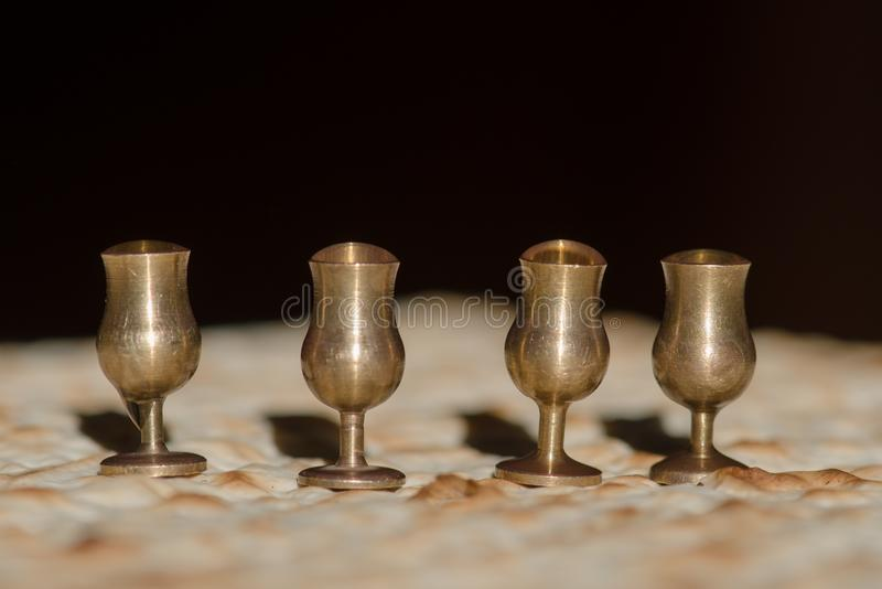 Cuatro tazas y matzah del vino para el seder de la pascua judía fotos de archivo libres de regalías