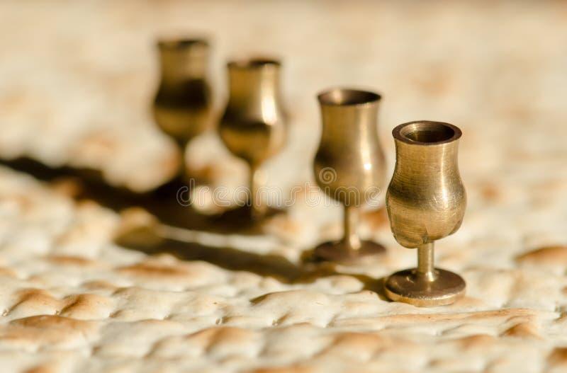 Cuatro tazas y matzah miniatura del vino para la pascua judía judía imagenes de archivo