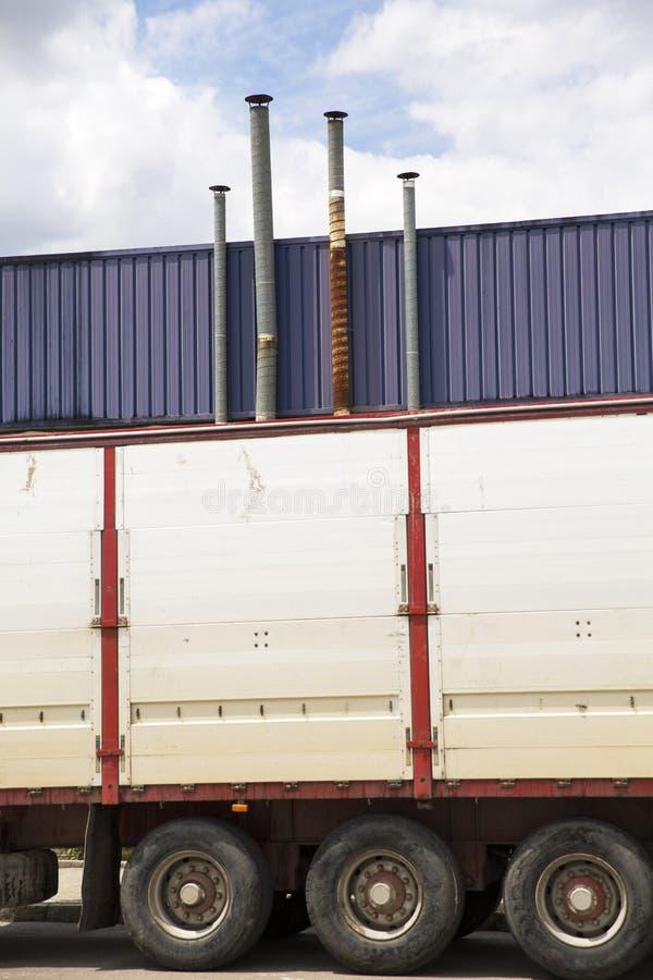 Cuatro tubos de la ventilación sobre el cielo azul fotografía de archivo libre de regalías