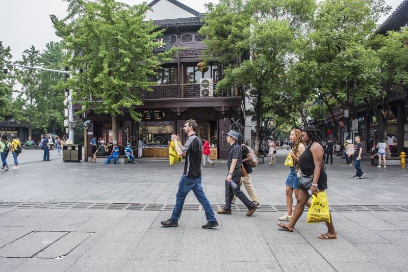 Cuatro turistas extranjeros jovenes visitan el templo famoso de Confucio en Nanjing fotografía de archivo libre de regalías