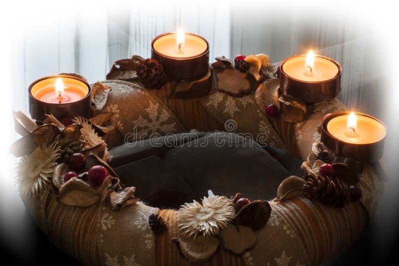 Cuatro velas ardientes de guirnalda del advenimiento y de fondo borroso foto de archivo libre de regalías