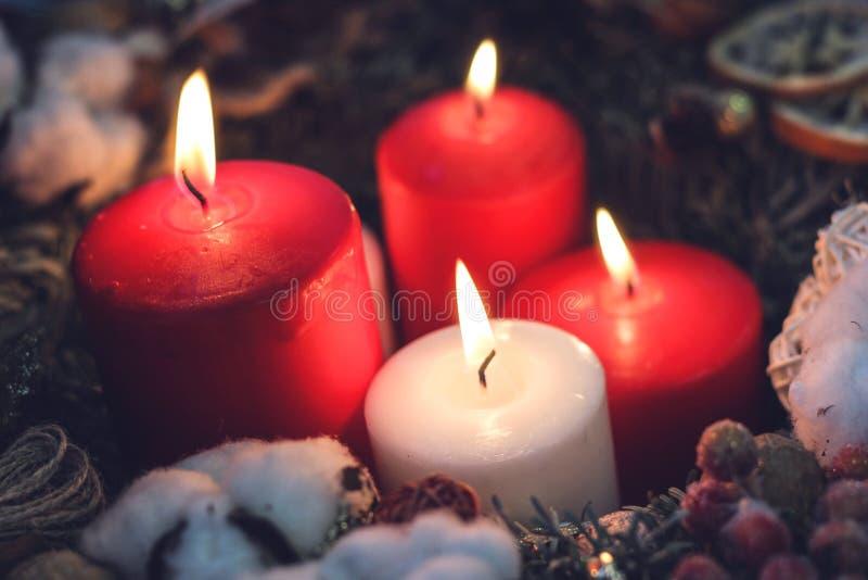 Cuatro velas ardientes de la Navidad imagen de archivo libre de regalías