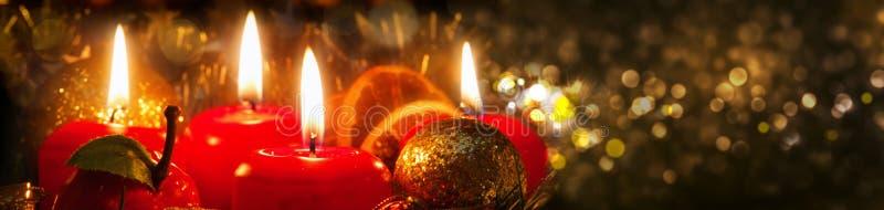 Cuatro velas del advenimiento con la decoración de la Navidad foto de archivo libre de regalías