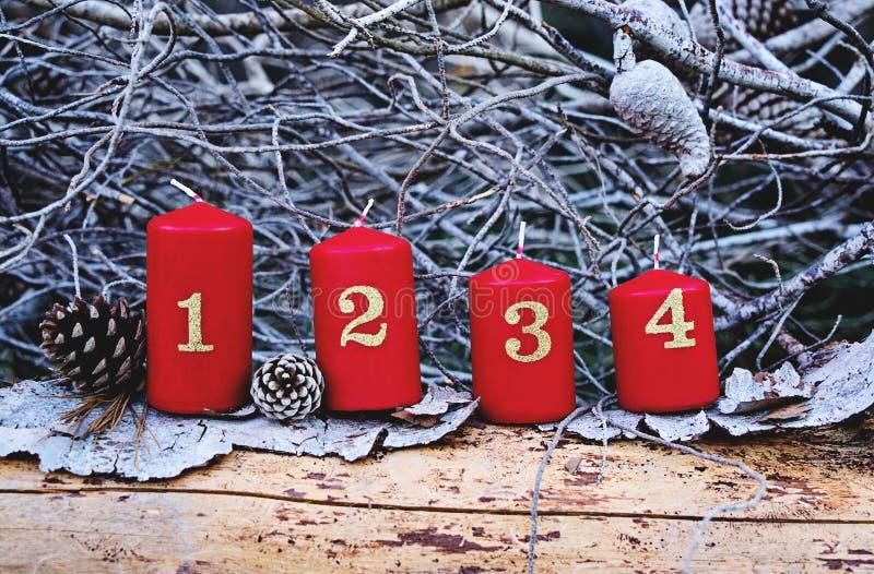 Cuatro velas rojas del advenimiento con número foto de archivo
