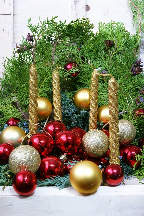 Cuatro velas y bolas de oro de la Navidad imágenes de archivo libres de regalías