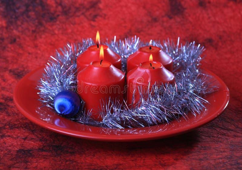 Cuatro velas y decoraciones de la Navidad fotos de archivo libres de regalías