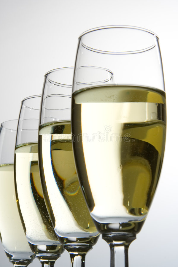 Cuatro vidrios de vino con el vino blanco fotografía de archivo libre de regalías