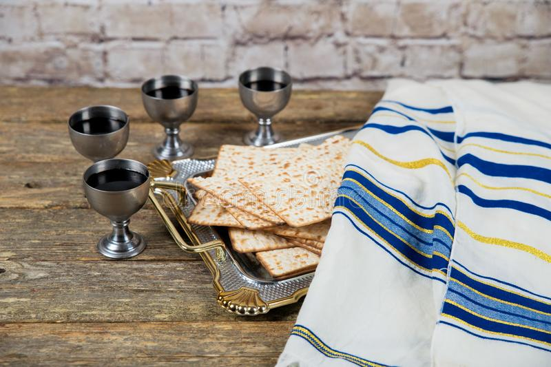 Cuatro vidrios de vino se deben beber en pascua judía según la tradición judía imagenes de archivo