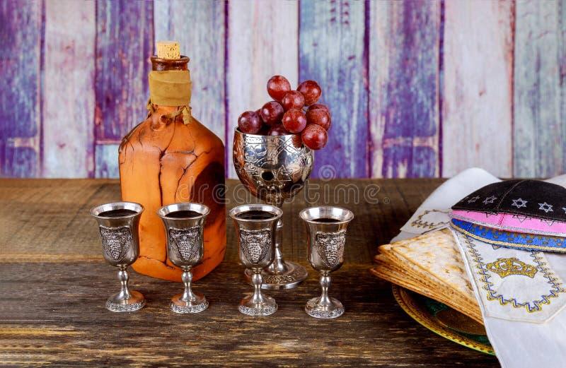 Cuatro vidrios kosher del vino del día de fiesta del matzoth de la celebración del matzoh del pan judío del passover imagen de archivo