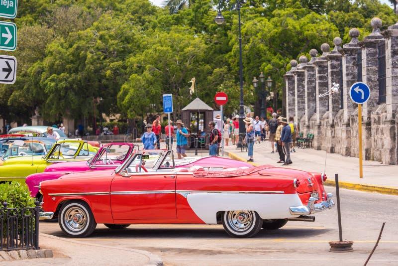 CUBA, AVANA - 5 MAGGIO 2017: Retro automobili multicolori americane nel parcheggio Copi lo spazio per testo fotografia stock libera da diritti