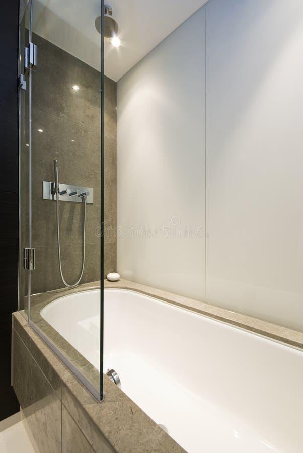 Cuba de banho moderna do mármore do desenhador fotos de stock