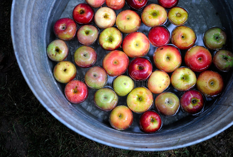 Cuba de maçãs imagens de stock