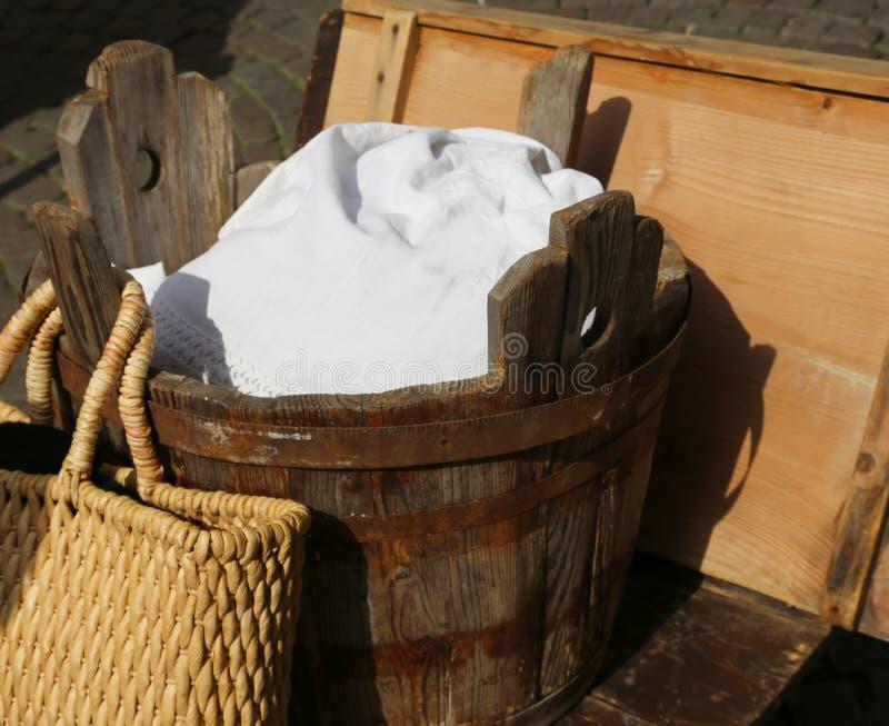 cuba de madeira velha para a roupa de lavagem imagem de stock royalty free