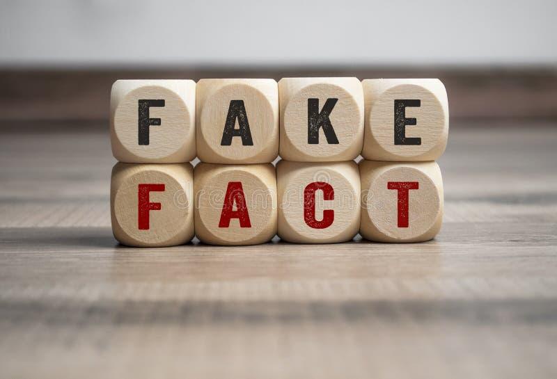 Cuba e taglia il fatto a cubetti falso della posta di notizie false immagine stock
