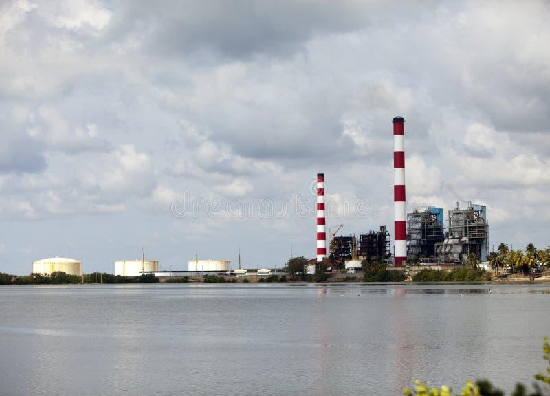 cuba Edificios industriales de la f?brica por el mar imágenes de archivo libres de regalías