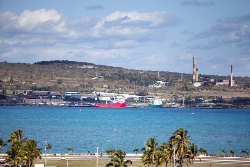 cuba Edificios industriales de la f?brica por el mar fotos de archivo