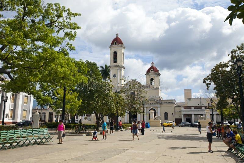 CUBA 03 FEBRUARI, 2013: de mensen lopen in Jose Marti Park Cienfuegos stock afbeeldingen