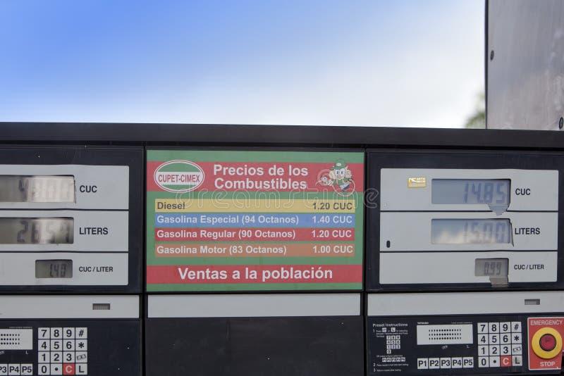 CUBA 03 FEBRUARI, 2013: scorebord bij het benzinestation op de weg, Cuba royalty-vrije stock foto