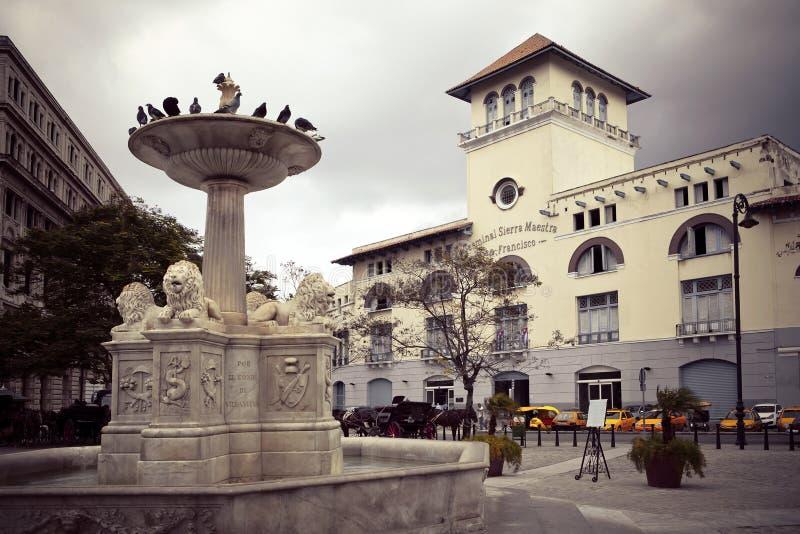 cuba gammala havana Toppig bergskedja Maestra havannacigarr och springbrunn av lejon på San Francisco Square arkivbilder