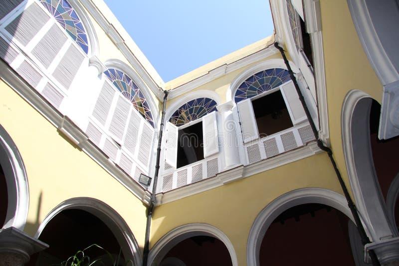 Cuba, Habana, oud stadscentrum, comfortabele binnenplaats stock foto