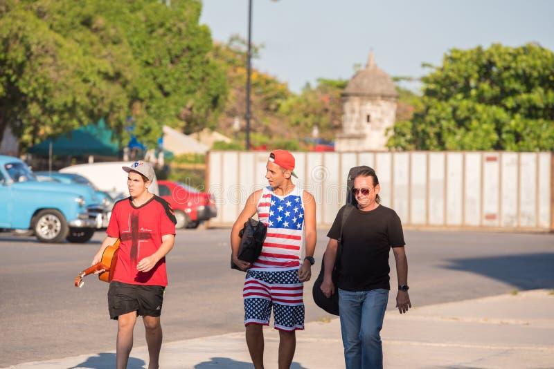 CUBA, HAVANA - 5 DE MAIO DE 2017: Os músicos andam abaixo da rua Copie o espaço para o texto imagem de stock royalty free