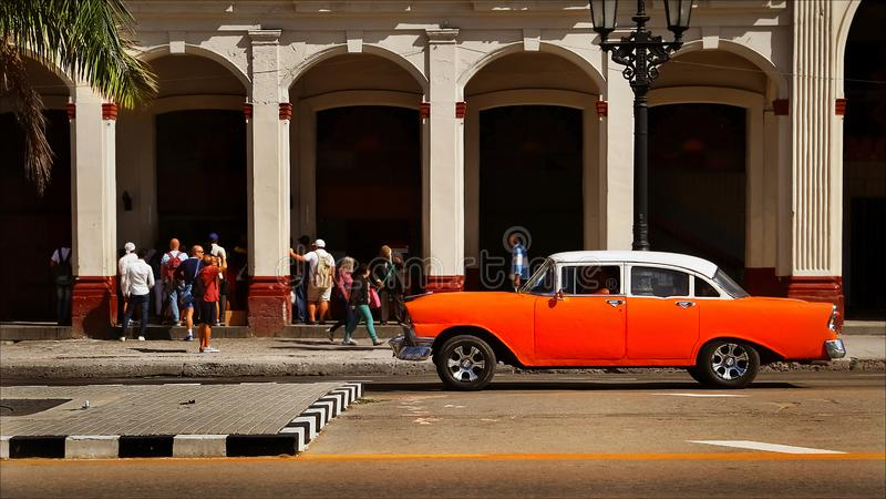 CUBA, HAVANA - JANUARI 16, 2019: Oude Amerikaanse oranje auto in de oude stad van Havana royalty-vrije stock foto
